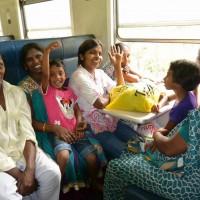 ハプタレーに向かう列車内の人々