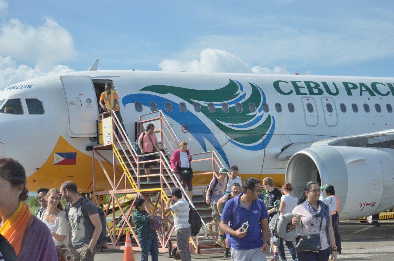 1日遅れでプエルトプリンセサの空港に到着してホッとする乗客たち