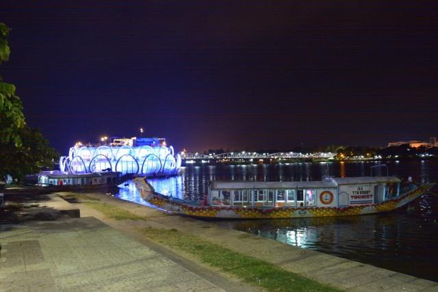 フエ新市街の夜-川沿いの風景