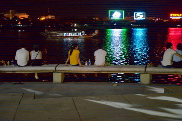 フエ新市街の夜-川沿いの光景