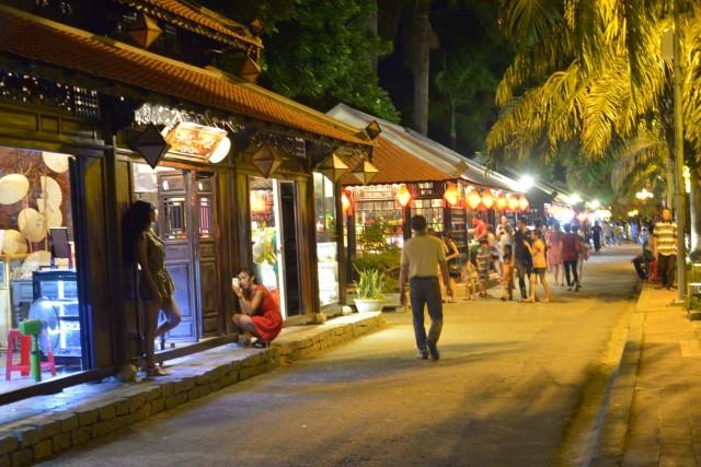 フエ新市街の夜-散策する人たち