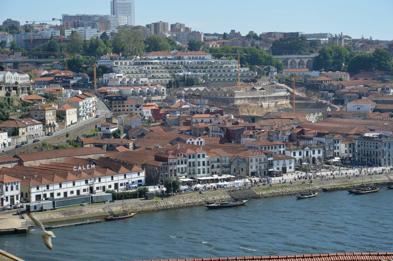 ドン・ルイス1世橋からの眺望(川向こうにはワイナリーが並ぶ)